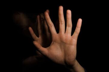 Det 30-årige voldtægtsoffer blev ifølge tiltalen tvunget til både analt og oralt samleje med flere gerningsmænd igennem seks timer. Han fik et håndklæde over hovedet, ligesom han blev holdt fast og slået.