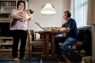 Susan Jeppesen og hendes kat Ikaros i Haraldsgade har svært ved at leve med støjen fra Cityringen. Akustikeren Claus Backalarz fra Force Technology er kommet for at måle støjen.