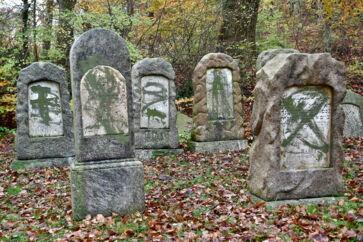 84 gravsten var natten mellem 8. og 9. november blevet overmalet med grøn graffiti, og enkelte gravsten var væltet på den jødiske gravplads på Østre Kirkegård i Randers.