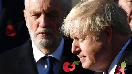 Premierminister Boris Johnson og Labours leder Jeremy Corbyn deltog begge i søndagens mindehøjtidelighed i London for faldne soldater. De to har begge lovet store stigninger i det offentlige forbrug og investeringer i valgkampen. Det har fået kreditvurderingsbureauet Moody's til at løfte pegefingeren.
