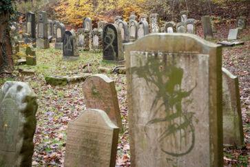 Flere end 80 gravsten var malet med grøn graffiti, og enkelte gravsten var væltet på gravpladsen, der ligger på Østre Kirkegård i Randers, søndag 10. november 2019. Væltede gravsten og gravsten overhældt med grøn maling var det syn, der mødte folk, som lørdag eftermiddag besøgte den jødiske gravplads i Randers.