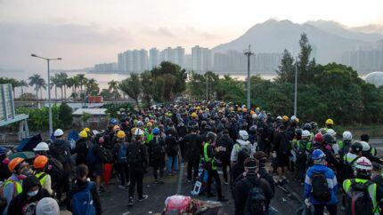 Protesterne i Hongkong har tvunget økonomien i knæ. Turisterne bliver væk og den finansielle centrum er under pres.