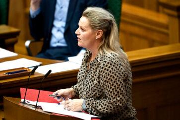 Socialordfører Karina Adsbøl (DF) understreger over for statsministeren, at det ifølge hende er forebyggelse og indsats for hele familien, der er en del af løsningen for udsatte familier i Danmark.