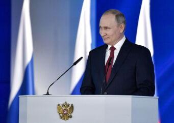 Omkring 1.300 parlamentarikere fulgte præsident Putins årlige tale, hvor han uddybede sine planer for at ændre forfatningen. Talen blev også transmitteret direkte på TV.