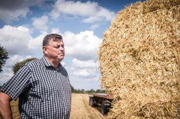 »Landbrugspakken har været helt urealistisk at leve op til, og vi kæmper med et efterslæb fra den tidligere regering, som ikke handlede på det,« lyder det fra fødevareminister Mogens Jensen (S), efter effekten af de kvælstofreducerende tiltag for andet år i træk har vist sig at være lavere end antaget. Billedet er fra august 2019, da Mogens Jensen besøgte et landbrug i Store Heddinge.