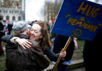 52 procent af briterne stemte ved folkeafstemingen i 2016 for at forlade EU. Mange ønskede ikke afsked med EU og gik fredag på gaden for at protestere.