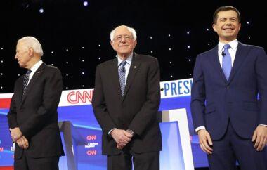 Bernie Sanders (i midten) og Pete Buttigieg (til højre) har fået flest stemmer i Iowa.