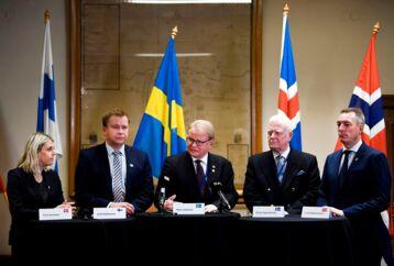»Det nordiske forsvarssamarbejde er stærkere end nogensinde. Vi samarbejder stadigt tættere i Nordefco, hvor Danmark i år har formandskabet. Det er ingen hindring, at Sverige og Finland ikke er med i NATO,« skriver Bertel Haarder.