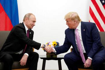 For en amerikansk præsident er Donald Trumps tilbagevendende forsvar af Ruslands præsident Vladimir Putin usædvanligt. Nu kan ikke blot Trump fejre sin frifindelse i rigsretssagen. Det kan Putin også. Her under G20- topmøde i Osaka, Japan, i juni.