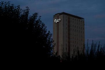 Den danske ambassadør i Singapore holdt tæt kontakt med Carlsbergs hovedkvarter i Valby, da ambassaden blev advaret om mulige ulovligheder i bryggeriet.