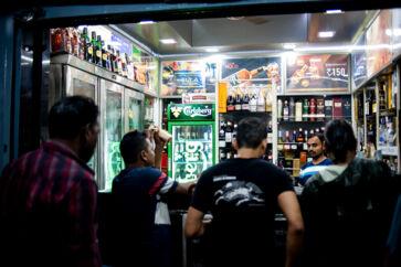 Carlsberg gjorde sit indtog i Indien i 2007 og er i dag den tredjestørste bryggerikoncern i landet med dets i alt syv bryggerier. Inden bryggeriernes øl kan sælges til forbrugerne – som her på gaden i Mumbai – skal bryggerierne agere i en stærkt reguleret indiske ølindustri. Personerne på billedet har ikke relation til bestikkelsessagen i Carlsberg.