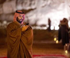 »Under den kontroversielle kronprins Mohammed bin Salman, som præsident Trump betegner som sin ven og en mand med hvem man kan lave forretninger, har Saudi-Arabien taget skridt i retning af en længe tiltrængt modernisering. Kvinder må køre bil og det er muligt at gå en tur i biografen. Sikke dog en reformator!« skriver Adam Holm.