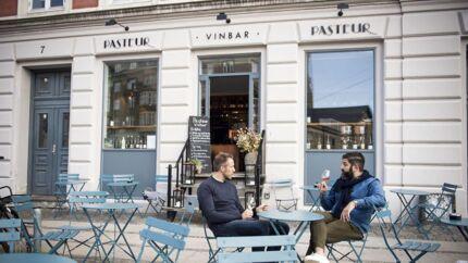 Da Pasteur i 2017 flyttede ind på adressen, overtog den lokalerne fra bodegaen Café Røde Lygte, der var åbnet helt tilbage i 1886, og som i sin tid blandt andet var kendt for at have den socialdemokratiske statsminister Thorvald Stauning som stamgæst.