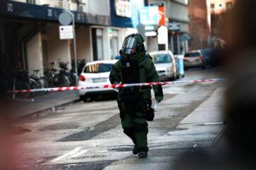 Adelgade, hvor reklamebureauet &CO ligger, var torsdag spærret. Københavns Politi tog ingen chancer og sendte bomberyddere efter indkomne trusler.