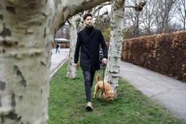 »Vi er alle bundet af en trang til at opnå mere, som fastholder os i et uendeligt hamsterhjul. Det er Pontoppidans »Lykke-Per« om igen,« siger Mikkel Fønsskov, her på gåtur med hunden Martha.
