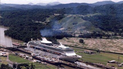Panamakanalen er et af de steder, man kan opleve, hvis man vælger et af de mindre krydstogtskibe. Her er det Legend of the Seas, og i forgrunden er en containerbåd på vej i modsat retning. Danskerne er efterhånden ved at få øjnene op for, at mens de største cruiseskibe tilbyder en masse underholdning om bord, kan man med de mindre skibe komme til steder, som man ikke kan med de store.
