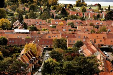 »I den stereotype fortælling om den gennemsnitlige borger nord for København, glemmer regeringen dog en række fakta. For eksempel, at næsten hver 5. borger i en kommune som Lyngby-Taarbæk bor i en almennyttig bolig, over 30 procent af borgerne bor til leje. Og nej, det er ikke alle, der har en Tesla i garagen,« skriver Sofia Osmani.