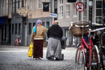 »Jeg bliver dybt bekymret, når jeg læser undersøgelsen blandt jobcentre i København, der viser, at nogle etniske minoritetskvinder føler sig presset af deres familier til ikke at tage et job,« skriver Naser Khader.
