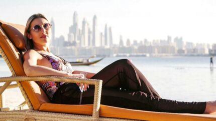 »Dét er fascinerende, og så er det et vældig intimt og personligt blik på verden, man får. Fonøjelsen ved forargelsen – hvis det er det, man oplever. Og fornøjelsen ved at møde nogle mennesker, som i hvert fald på overfladen ser anderledes ud og tænker anderledes,« siger professor Anne Jerslev. Her er det en dansk dame i Dubai.