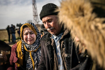 Den afghanske familie Amiri på 14 medlemmer rejste over Evros-floden, fordi de havde hørt, at »porten var åben til Europa«, men blev banket, tilbageholdt og bestjålet, før de blev sendt tilbage af græsk politi. Nu føler de sig holdt for nar.