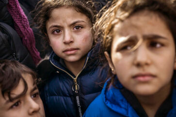 Den syriske pige er angiveligt blevet såret under tumult med tyrkisk politi nær grænsen til Grækenland. Dem, som det lykkes at nå til Grækenland, bliver udsat for det, som er værre, fortæller flygtninge og migranter.