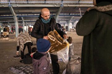 På en ferie til Grækenland blev Mohammad Al Aloush og familien anholdt. Politiet troede, at de var en »nye flygtninge«, tog deres ID og sendte dem med båd til Tyrkiet.
