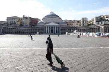 Italien er gået i dvale. Som resultat af de mange coronaudbrud i Italien frårader myndighederne samtlige 60 mio. mennesker at bevæge sig ud, med mindre det er strengt nødvendigt. Større forsamlinger er desuden forbudt. Her ses Piazza del Plebiscito i Napoli, hvor kun få mennesker ses i gadebilledet.