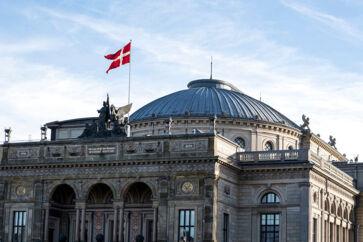 »I København oplevede jeg noget af det samme med Gamle Scene ved Det Kongelige Teater. Den stod også helt sort og skulpturel, da jeg flyttede til byen i 1980, men også den blev renset i løbet af årtiet og skiftede ham fra skifersort til sandstensgylden«, skriver københavnersnuden.