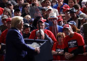 Præsident Trump foran sine tilhængere i North Charleston. Han fortalte dem, at det var »sikkert at være der«, og han og andre politikere skulle blot blive ved med at holde vælgermøder. Og han sagde også, at coronavirus bare var det seneste »fupnummer« fra medierne og Demokraterne. Dermed taler han direkte ind i det element, som er den største trussel mod USA.