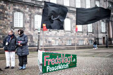 Selv om forsamlinger på over ti personer nu forbydes, vil retten til at forsamle sig for at demonstrere stadig gælde. Men »man skal være opmærksomme på at have noget afstand imellem sig og i øvrigt efterleve de anbefalinger, der er fra sundhedsmyndighederne«, slog statsminister Mette Frederiksen (S) tirsdag fast.