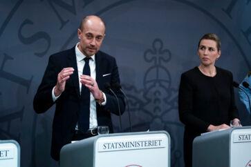 »I går besluttede vi, at vores teststrategi skal være mere offensiv. Vi har i den sidste uge testet 1.000 mennesker pr. døgn, men jeg kan konstatere, at det tal er faldet betragteligt. Det går ikke. Der er behov for langt mere aggressiv testning,« sagde sundhedsminister Magnus Heunicke (S) på mandagens pressemøde. Men der er ikke tale om nogen ny strategi, siger Sundhedsstyrelsen og Danske Regioner. Her ses Heunicke ved siden af statsminister Mette Frederiksen (S) på et tidligere pressemøde om covid-19-situationen.