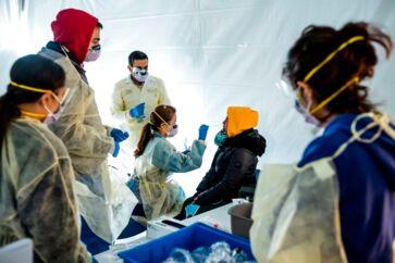 Læker tester hospitalspersonale for coronavirus i New York.