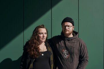 Bettina og Kasper Autrup er 28 og 26 år. De blev gift i juni 2019 og venter deres første barn i maj. Sammen har de labradoren Maggie, som de lufter i ved Køge Å og på stranden. Parret har både håndsprit i bilen og lige indenfor i lejligheden.