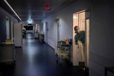 Personalet på covid-19-afsnittet på Slagelse Sygehus skal iføre sig værnemidler, hver gang de går ind på isolationsstuerne, hvor patienterne er indlagt. Så hvis de mangler noget, når de er inde på stuerne, får de en af de andre ansatte til at hjælpe med at hente tingene.