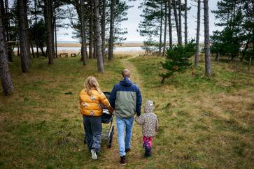 Den gennemsnitlige sommerhusejer er blevet tre år yngre de seneste syv år. Det er blandt andet børnefamilier, som kombinerer storbylivet med et fristed i naturen, som er med til at trække gennemsnitsalderen ned. Og dem bliver der flere af i sommerhusområderne i øjeblikket.