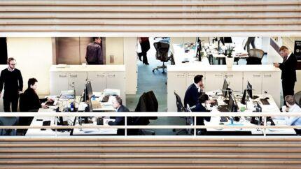 Spredning af coronavirus kan ifølge ny forskning ske hurtigt i et åbent kontorlandskab, hvor mange medarbejdere sidder tæt sammen.