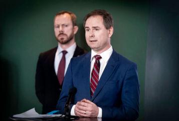 19. marts præsenterede finansminister Nicolai Wammen (S) med Venstres formand, Jakob Ellemann-Jensen, i baggrunden en aftale om at etablere en række hjælpepakker. Nu har en række myndigheder bedt bankernes hvidvaskeksperter om hjælp til at kontrollere for snyd og svindel med pakkerne, skriver Finans.
