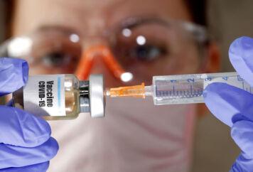Forskere over hele verden arbejder på højtryk for at udvikle en coronavaccine. Herhjemme ønsker flere partier, at Danmark selv tager vaccineproduktionen hjem. Men det er helt urealistisk, mener den danske medicinalindustri.