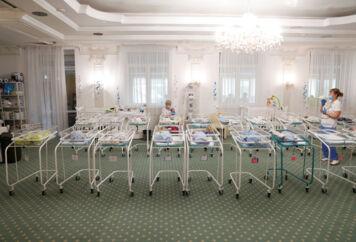 Ukraines indrejseregler gør det yderst besværligt for flere udenlandske forældre at hente deres nyfødte rugebørn.
