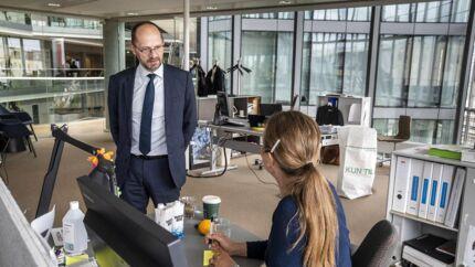 Ib Enevoldsen, direktør for Rambøll, forudser, at det kan »blive en personlig kvalifikation at kunne håndtere sig selv ledelsesmæssigt hjemmefra«. Billedet er fra Rambølls hovedkvarter i Ørestad, hvor der fredag stadig er langt mellem medarbejderne. På mandag bliver billedet et andet.
