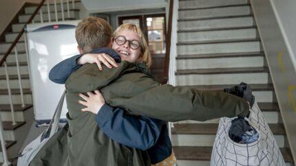 Lukas og Karoline er de første to elever tilbage på skolen. Tilfældigvis bor de også i samme »familie« på otte elever – og derfor må de kramme.