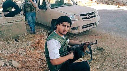 Ahmed Samsam, 30 år, er dansk statsborger og blev ifølge Berlingskes oplysninger hvervet som agent for først Politiets Efterretningstjeneste (PET) i 2012 og blev siden overdraget til Forsvarets Efterretningstjeneste (FE). Hans opgave var at rejse til Syrien og rapportere hjem om danske jihadister til efterretningsvæsenet, som gav ham penge, træning og udstyr til formålet. Siden juni 2017 har han siddet fængslet i Spanien, hvor han er dømt for at tilslutte sig Islamisk Stat på de rejser, han foretog i dansk tjeneste.