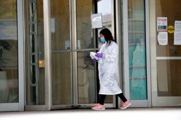 Det amerikanske firma Moderna har annonceret fremskridt med at finde en vaccine mod coronavirus. Den er nu blevet testet på nogle mennesker, og meget tyder på, at den ikke giver bivirkninger. Men om vaccinen virker mod virussen, vides endnu ikke.
