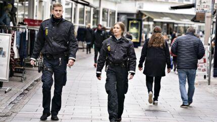 Under coronakrisen har politiet fået endnu en ny opgave, nemlig at håndhæve reglerne om at holde afstand. Her er det betjente fra Nordjyllands Politi på patrulje i gågaden i Aalborg.