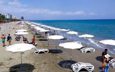 Efter to måneders coronanedlukning kan Cyperns indbyggere igen vende tilbage til Mackenzie Beach i kystbyen Larnaca – dog med mindst to meters afstand mellem liggestolene. Til juni genåbner hotellerne, og turister fra 19 lande må igen besøge landet.