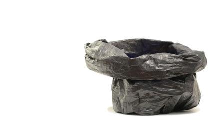 De to drenge blev bedt om at hoppe ned i hver deres sorte affaldssæk. Herefter tog skolelederen deres trøjer af. Selv bukserne røg, Årsag: De havde ikke nissehuer på.