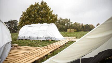 På besøg ved den svenske beredskabsstyrelse i Revingeby, hvor de har etableret en transitlejr med telte til flygtninge, der skal kunne bo her, hvis presset på Sverige stiger yderligere. Her bliver plads til 375 flygtninge.