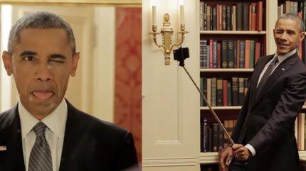 Den amerikanske præsident Barack Obama tager selfiebilleder og rækker tunge i en populær video med Buzzfeed.