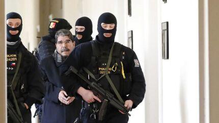 Den syrisk-kurdiske politiker Salih Muslim blev i sidste weekend anholdt i Tjekkiet på begæring af Tyrkiet, men løsladt efter et par dage. Nu kommer han til Danmark.(AP Photo/Petr David Josek)