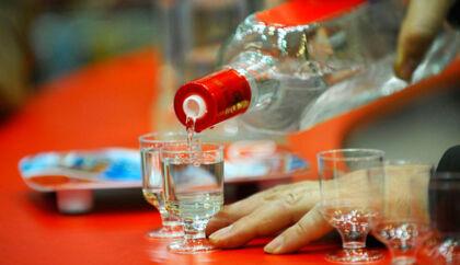 """""""Balkan 176"""", en 176-proof (88 pct. alkohol) vodka fremstillet i Bulgarien, sælges i mere end 20 lande og med 15 forskellige advarsler om bl.a. farerne ved køre spirituspåvirket, alkoholforgiftning og om at drikke under graviditeten."""